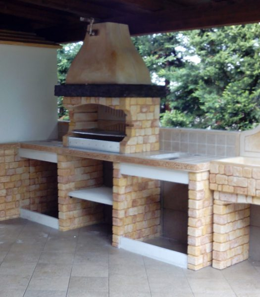 Beautiful cucina in muratura per esterni con barbecue for Esterno in stile country francese